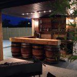 Vue nocturne du bar exterieur